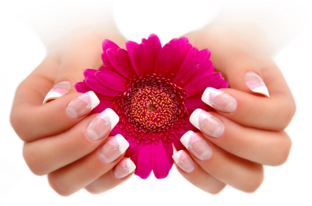 Dieses Nageldesign besticht durch seine zarten Farben. Rosé und Weiss umspielen die gefühlvollen Finger und schmeicheln der Weiblichkeit. (#1)