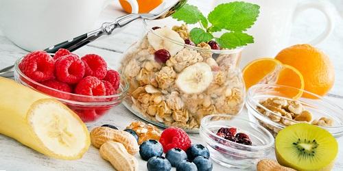 Morgens greifen Sie am besten zu einem Müsli mit Früchten (und ein wenig Schokolade ist erlaubt!). Auch Cornflakes oder Haferflocken mit frischen Früchten sind eine gute Wahl.  (#02)