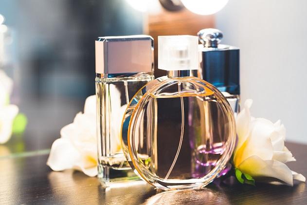 Die Auswahl an potenziellen Düften ist riesig: Ob Klassiker wie das bekannte Chanel No. 5 oder neue, limitierte Auflagen – eine Vielzahl an Marken und einzelnen Parfüms ist auf dem Markt vorhanden. (#05)