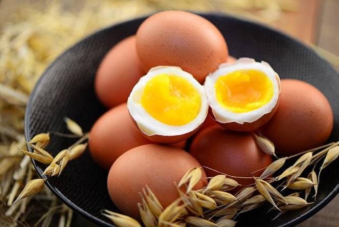 Die Wirkungsweise der Eierdiät erklärt sich fast von selbst: Es werden fast nur Eier gegessen, damit wird die Kohlenhydratzufuhr deutlich herabgesetzt. (#02)