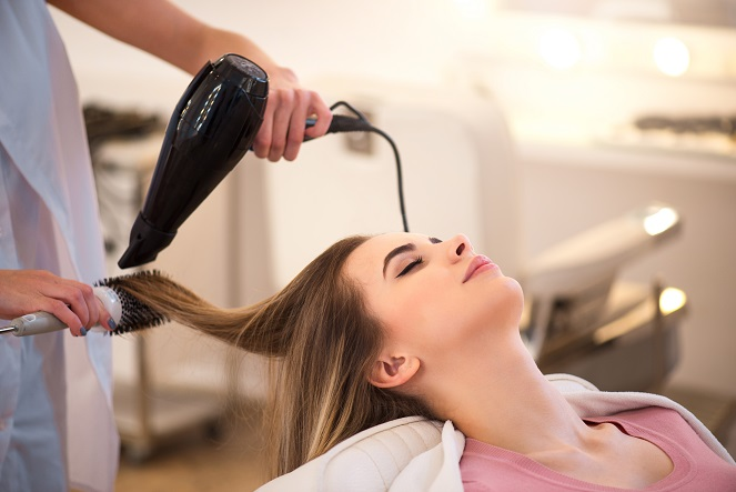 Werden die Haare zunächst mit einem geeigneten Stylingprodukt behandelt und dann entsprechend geföhnt, macht dies einen riesigen Unterschied. (#02)