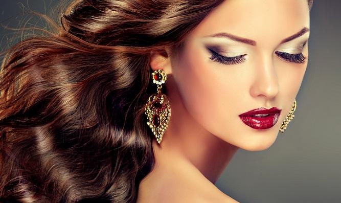 Überall auf der Welt verfolgen Frauen ein anderes Schönheitsideal, das mit Schminke, Make Up und anderen Produkten aus der dekorativen Kosmetik verwirklicht werden kann. (#02)