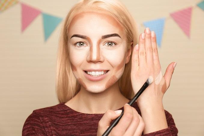 Im Beauty Bereich ist es wichtig, präzise zu arbeiten und genau die Bereiche zu betonen, die dafür sorgen, ein rundes Gesicht kantiger wirken zu lassen. Daher sollte sich Zeit genommen werden. (#01)