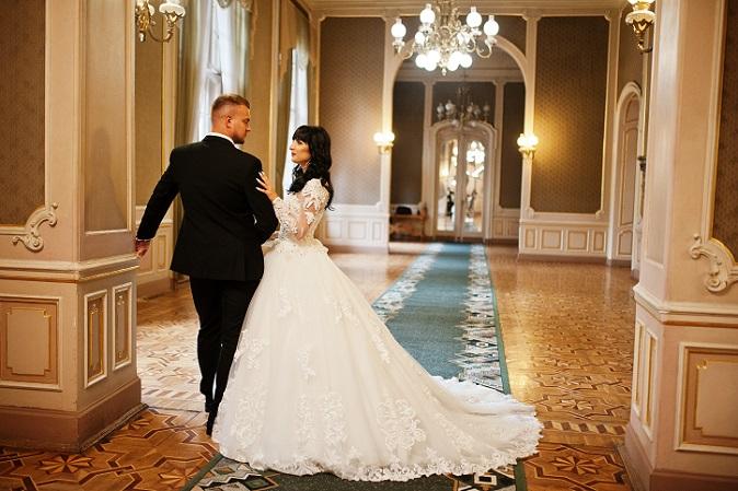 In den Geschäften für Brautmoden gibt es eine Vielfalt von Prinzessinnenkleidern, die teilweise vom Designer stammen. (#01)