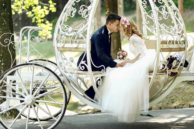 Auch die Hochzeitsfotos gehören natürlich zum Programm. Besonders attraktiv ist dabei die Kutschfahrt zur Trauung, die bei den Disney-Fans natürlich sehr gut ankommt. (#03)