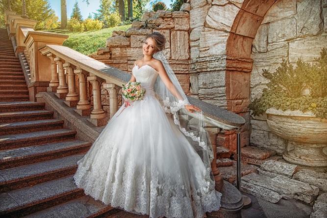 Für welches Kleid sich die Braut auch entscheidet: Sie sollte sich das Modell Cinderella oder ein anderes elegantes Hochzeitskleid frühzeitig aussuchen, falls noch Änderungen daran zu machen sind und um sich die passenden Accessoires (Schleier, Schleppe, Handschuhe) auszusuchen. (#05)