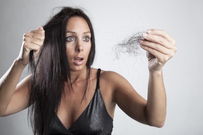 Noch mehr als skurille Hausmittel gibt es allerdings Kosmetika, die behaupten, Frauen mit Haarausfall von ihrem Leiden zu befreien. (#04)