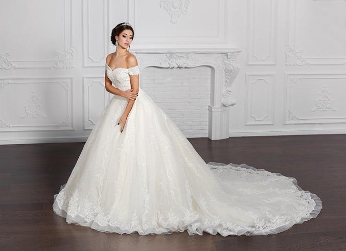 Ein Brautkleid mit langer Schleppe, das beim Hinaufsteigen der Treppen zur Kirche oder zum Standesamt vorn angehoben werden muss, ist der Traum vieler junger Bräute. (#09)