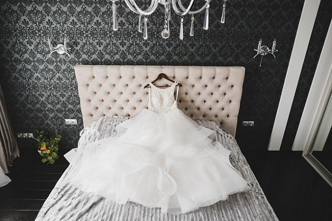 Es liegt ausgebreitet wie ein Ballkleid und zeigt, dass es die perfekte Verbindung von schlichter Eleganz und ausreichender Opulenz wirklich gibt. Das schmale Oberteil mit den dünnen Trägern betont die schlanke Linie der Braut. (#12)