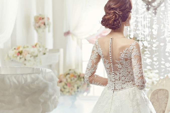 Das Oberteil ist eng anliegend, mit Spitzendetails besetzt und verbirgt die Knopfleiste am Rücken durch eine lange Reihe von Perlen. Die Linie des Rückens wird betont, die Braut wirkt zart und zerbrechlich, dennoch aber fest im Leben stehend und einfach nur wunderschön. (#14)