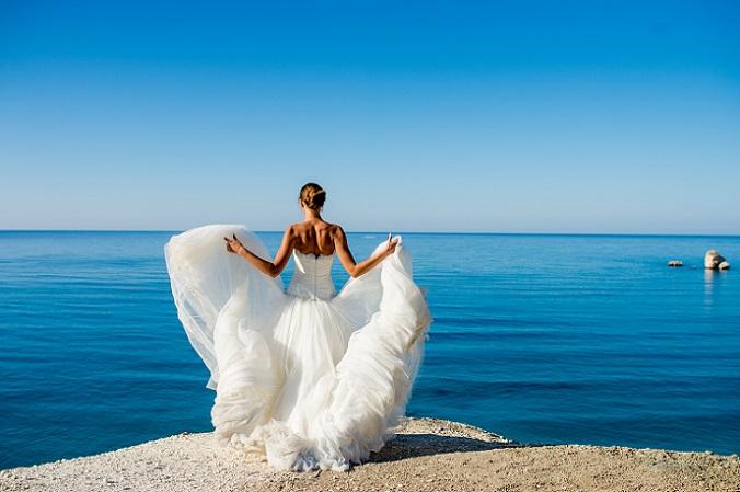 Die puristische Umgebung sorgt dafür, dass die Braut in ihrem Kleid besonders zur Geltung kommt. Sie zieht alle Blicke auf sich, wie sie den Rock aufschwingt und dabei wie ein Engel mit riesigen, weißen Flügeln aussieht. (#07)
