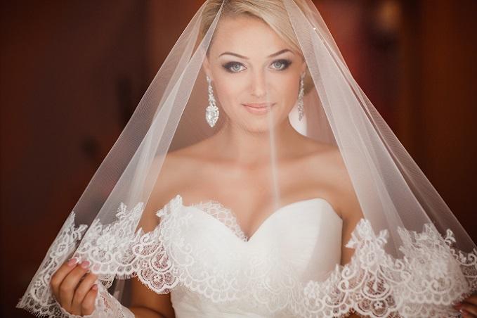 Liegt der Fokus auf dem Schleier, so sollte das Kleid möglichst zurückhaltend gestaltet sein. So wie hier auf dem Bild, wo das trägerlose Brautkleid in Kombination mit dem kurzen Schleier einfach perfekt wirkt – nichts ist zu viel, nichts zu wenig. (#01)