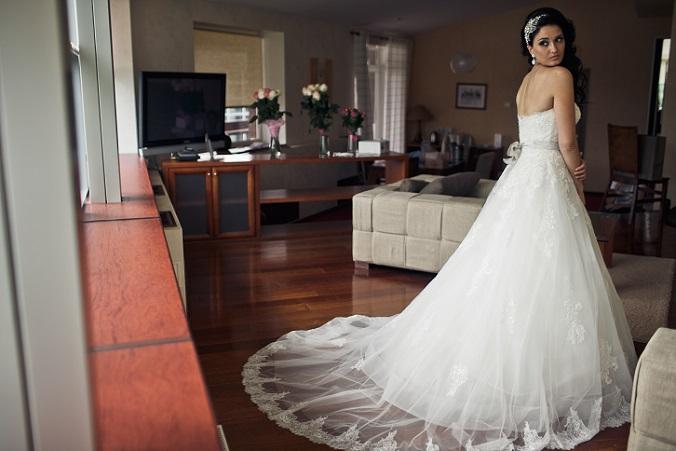 Das Brautkleidmodell kommt ohne Schleier aus, die Braut trägt lediglich eine kleine Tiara auf dem Kopf. Das ist Schmuck genug und so lenkt nichts von der Schönheit der Braut ab. (#04)