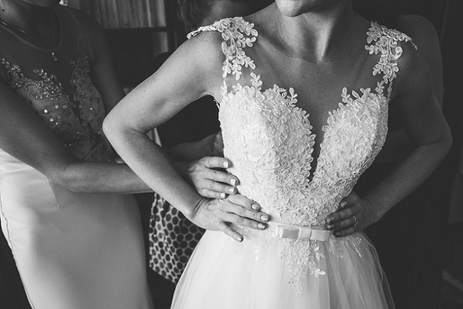Dieses Kleid auf dem Bild besticht durch das eng anliegende Oberteil mit Rankenmuster und durch den Rockteil aus Tüll. (#02)