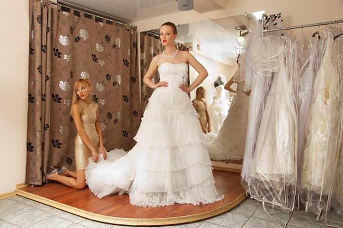 Geht die Braut auf Shoppingtour und werden unzählige Hochzeitskleider anprobiert, wird die Freundschaft nicht selten auf eine harte Probe gestellt. (#18)