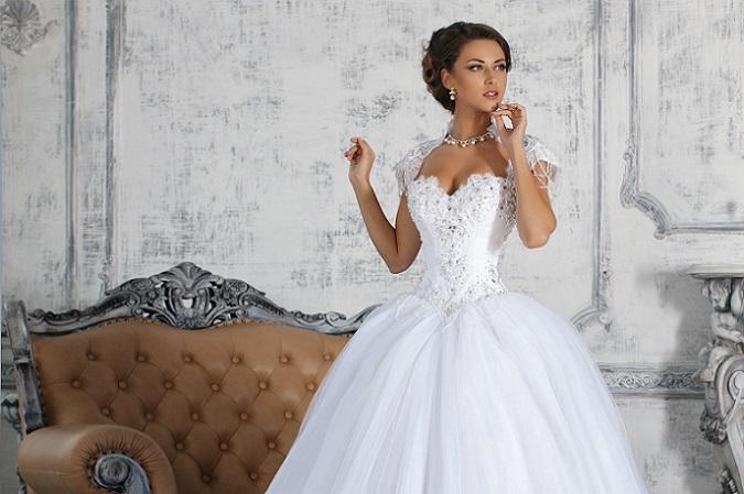 Ein Traum aus Tüll mit einem Oberteil aus Spitze und Satin im Stil der Kleider, die vor Jahrhunderten als Ballkleid getragen wurden, kleidet die junge Braut einfach zauberhaft. (#08)
