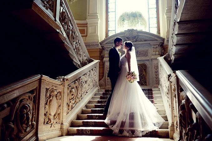 Die junge Braut zeigt ihren bunten Brautstrauß und kann für das Unterbringen von allerlei Kleinigkeiten ein Etui tragen, mehr braucht es nicht, um hübsch auszusehen. (#13)