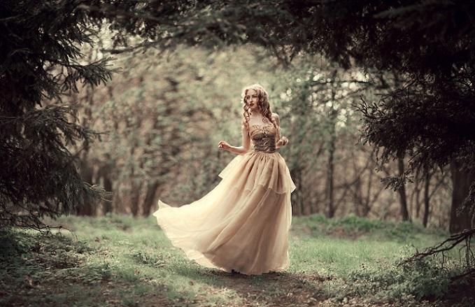 Das Mermaid Kleidchen auf diesem Bild zeigt sich in sanften Frühlingsfarben – schließlich muss ein Hochzeitskleid auch nicht immer weiß sein! (#11)