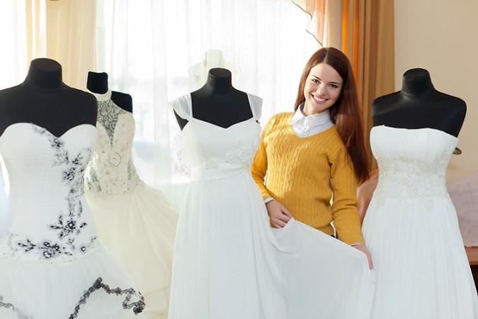 Wer früh genug durch die Hochzeitskleider stöbert, hat auch mehr Möglichkeiten bei der Auswahl: Soll es die teure, bodenlange, klassische Robe in Weiß sein, oder bevorzugt die Braut vielleicht ein kniekurzes Kleid? (#01)