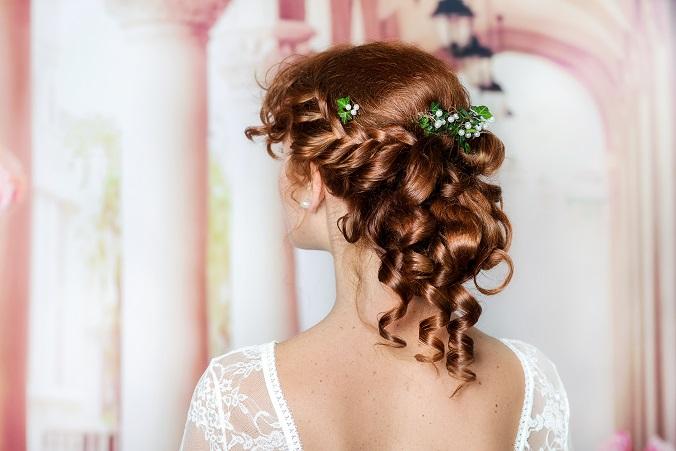 Zu den Fragen, was die Hochzeitskleider gekostet haben und wann sie am günstigsten sind, kommen also auch noch die Überlegungen hinzu, was die Braut sonst noch alles braucht. (#03)