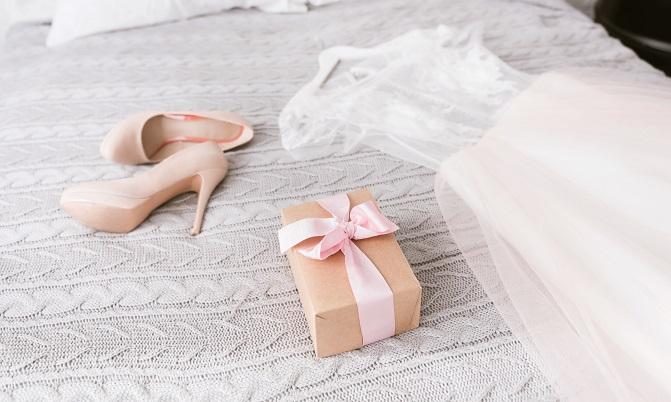 Was die Brautkleider und anderen Dinge gekostet haben, übersteigt meistens das ursprüngliche Budget. Deshalb sollte man daran denken, dass es mit dem Kleid alleine nicht getan ist. (#02)