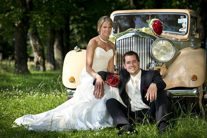Kreieren Sie eigene Neuheiten, spielen Sie mit Farben und Schmuck. Natürlich können Sie sich vom Kleid der britischen Prinzessin Kate inspirieren lassen, doch in Zusammenarbeit mit einem Brautmodegeschäft bzw. einem Designer ist es möglich, individuelle Neuheiten unter den Hochzeitskleidern zu entwerfen, die lediglich eine Anlehnung an das britische Original darstellen. (#02)