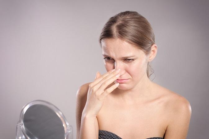 Wenn die Nase das Gesicht dominiert, dann kann dies ganz besonders ärgerlich sein. Viele Frauen leiden unter einer zu breiten oder auch zu großen Nase. Die Nase konturieren ist eine Möglichkeit, das Aussehen stark zu verändern. (#01)
