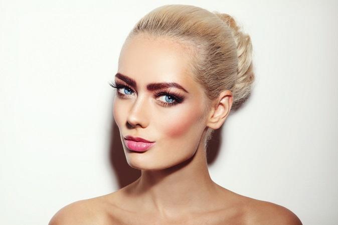 Das Contouring ist eine Möglichkeit, die Gesichtsform optisch anders wirken zu lassen. Sehr gut ist eine Ergänzung durch ein besonderes Make-up. (#03)