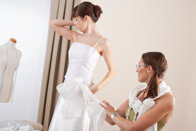 Anbieter von Brautkleidern lassen ihre Artikel aus Kostengründen daher gerne im asiatischen Ausland herstellen. Ein weiterer Grund ist die Herstellungszeit von einem Brautkleid. Während in Deutschland aufgrund des Arbeitsschutzgesetzes nach acht Stunden Arbeit am Tag der Feierabend beginnt, wird in Asien häufig zehn und mehr Stunden täglich gearbeitet und das an sechs Tagen pro Woche. (#01)