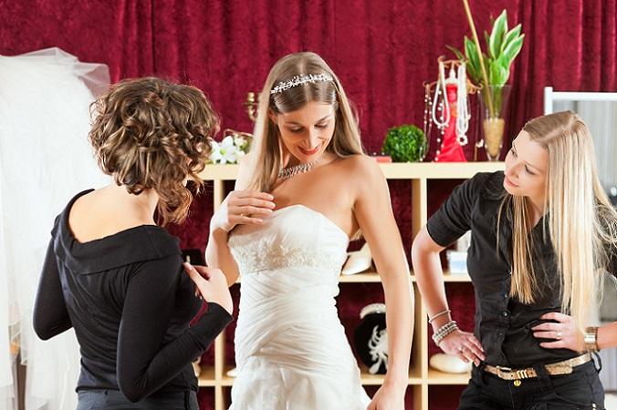 Ein Bummel durch ein Outlet für Brautkleider zeigt schnell, dass einige Modelle auch aus anderen europäischen Ländern stammen. Italien und Frankreich gelten beispielsweise als Modeländer und entsprechend viele Designer arbeiten von hier aus. (#03)