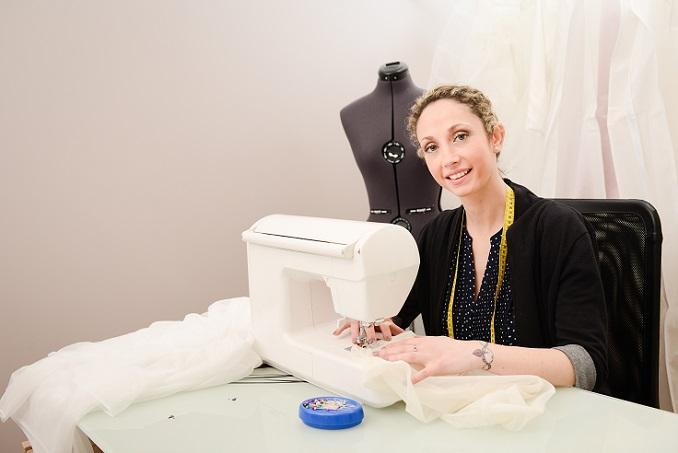 Deutlich einfacher ist es, wenn Sie direkt zu einem Designer in Deutschland gehen und sich dort aus der Kollektion ein Kleid aussuchen oder sich ein Hochzeitskleid entwerfen und fertigen lassen. Sie gehen Sie nicht nur auf Nummer Sicher, dass Ihr Kleid aus Deutschland stammt. (#02)