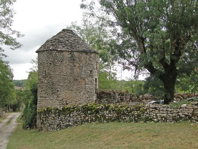 Schlösser gehören ebenso zu Frankreich wie der der gute Rotwein, mit dem das Land immer wieder gern verbunden wird. Dabei lassen sich bei einem Camping die Loire-Schlösser erleben – die Campingplätze hier sind derart gut ausgestattet, dass sich die Urlaubsgäste auch dort wie Könige fühlen können, auch wenn sie nicht im Schloss direkt übernachten. (#02)