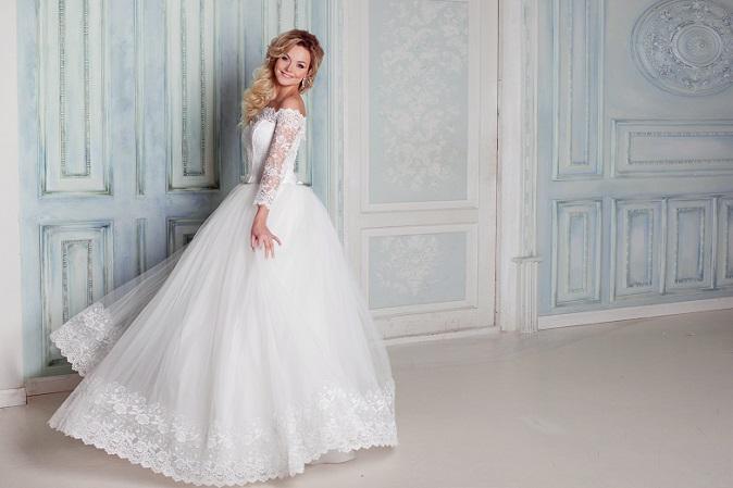 Ein Brautkleid wird zumeist nur einmal im Leben getragen, deshalb sollte die Braut es mit viel Detailliebe aussuchen. Beim Stöbern durch die hübschen Hochzeitskleider sollte man nicht nur auf den individuellen Stil achten, sondern auch auf die vorteilhafte Inszenierung der Figur. (#01)