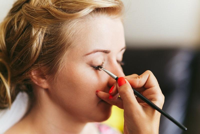 Ein dermatologisch getestetes, leichtes Make-Up für empfindliche Haut sorgt für ein gleichmäßiges Hautbild und pflegt gleichzeitig. Bei starken Rötungen und Couperose leistet eine kaschierende Pflege mit grünen Pigmenten gute Hilfe.(#03)