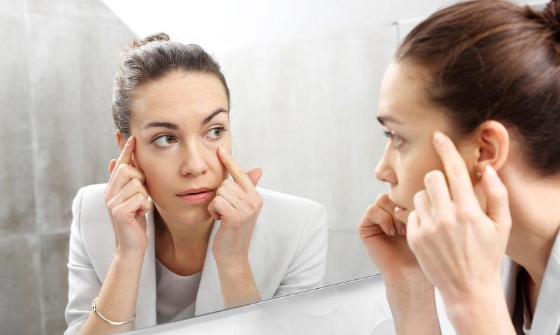 Die Augen gelten als der Spiegel der Seele. Deshalb ist es absolut angebracht, mit Hilfe von gekonntem Augen-Make-Up etwas Aufmerksamkeit auf sie zu lenken. Die Augen schminken ist aber nicht ganz einfach. (#01)