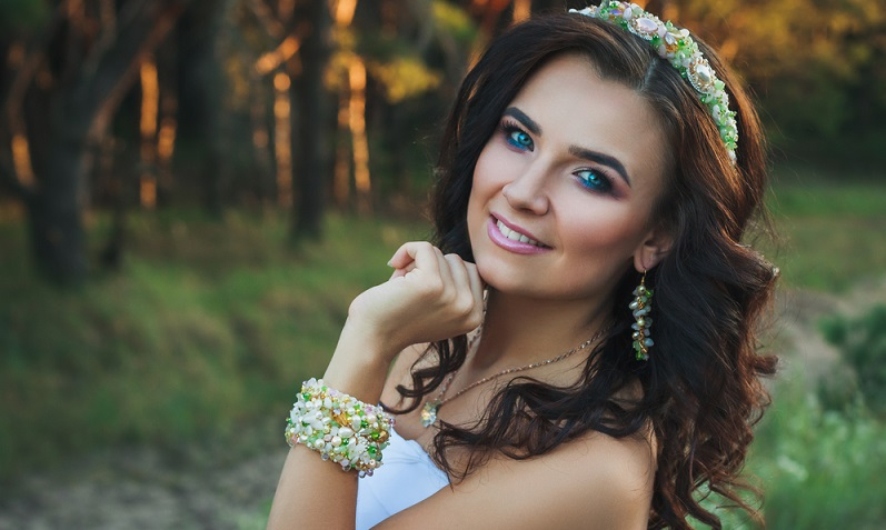Gerade für den Alltag sollte man sich für ein dezentes Augen-Make-Up entscheiden, auf kleinere farbige Akzente muss man trotzdem nicht verzichten. (#02)