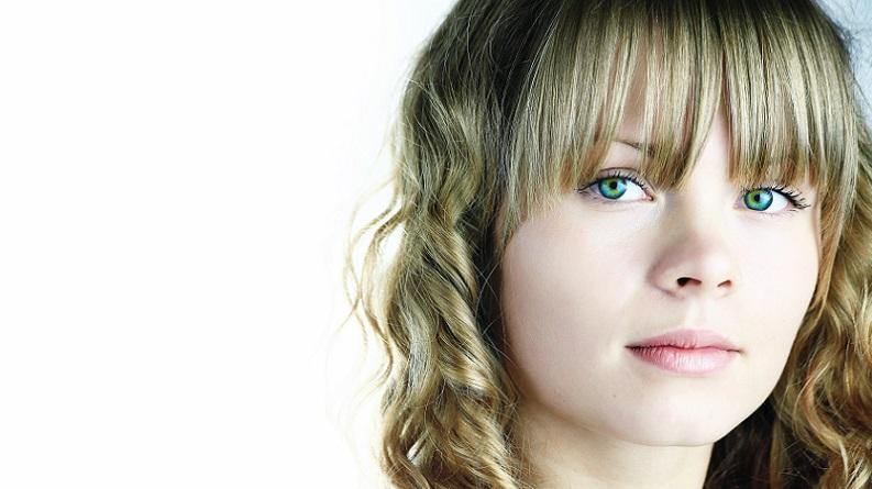 Wer seine grünen Augen schminken will und schöne, helle Haare hat, sollte zu sogenannten Nudetönen greifen. Diese Lidschattenfarben sind in der Regel hell oder hautfarben und fallen so kaum auf. (#01)