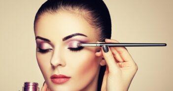 Lidschatten schminken: Beauty-Equipment und Farbe