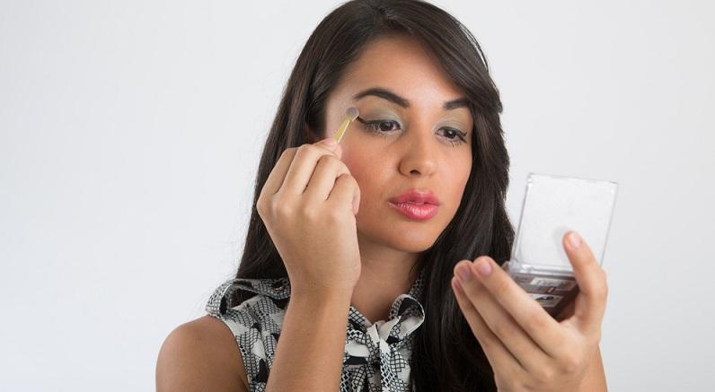 Wenn man sich mit Lidschatten schminken will, muss man zunächst die richtige Farbe finden. Welche Farbe welcher Person steht, hängt vor allem von der persönlichen Augen- und Haarfarbe ab. (#03)