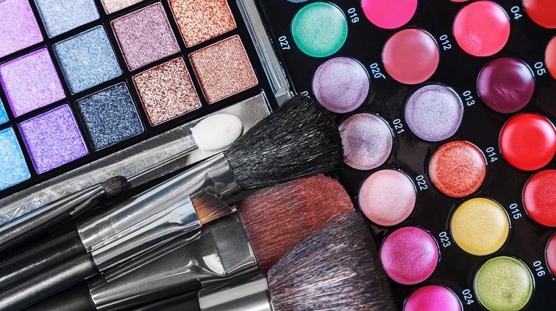Im Laufe der letzten Jahre wurden immer wieder neue Arten von Lidschatten entwickelt. Lidschatten schminken soll dadurch noch einfacher werden. (#01)