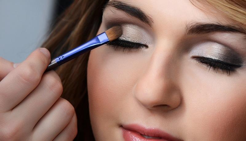 Wer sich mit Lidschatten schminken will, sollte außerdem ein oder zwei sogenannte Tools zu Hause haben. Mit diesem Wort sind schlicht Pinsel, Schwämmchen oder auch spezielle Lidschattenapplikatoren gemeint. (#02)