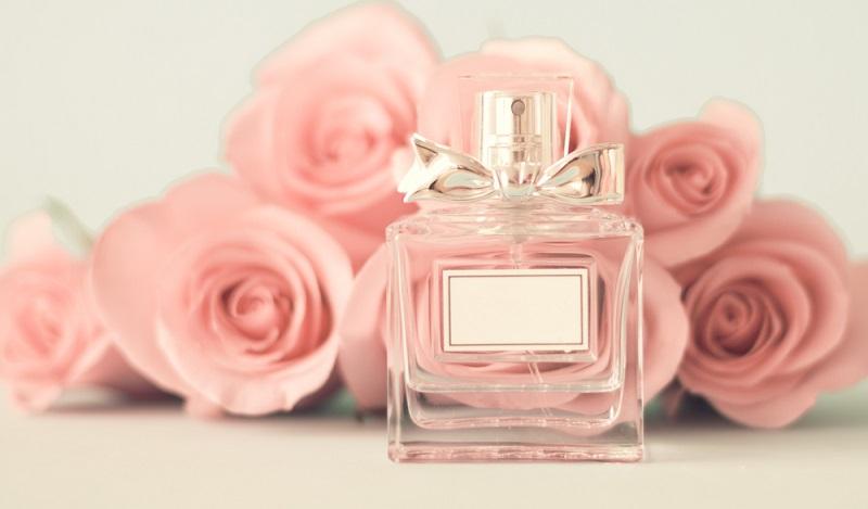 Ein wunderbarer Duft kann durch den ganzen Tag begleiten. Es gibt Menschen, die wechseln niemals ihr Parfüm, wenn sie den passenden Duft gefunden haben. Doch die Kosten für hochwertige Ausführungen sind besonders hoch. (#01)