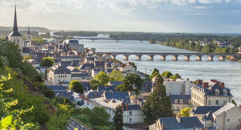 Die Loire gilt als der größte Fluss im benachbarten Frankreich, welcher nach Norden und damit dann letztendlich zum Atlantik hin fließt. Der Ursprung des Flusses Loire befindet sich inmitten des französischen Zentralmassivs, unmittelbar am Mont Gerber-de-Jonc. (#01)