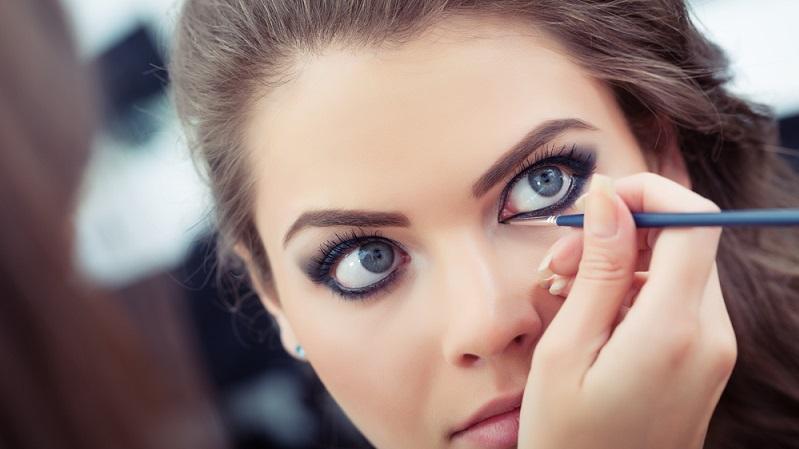 Einen perfekt geschwungenen Lidstrich ziehen ist eine größere Herausforderung, als manche sich das denken. Denn ein Lidstrich, der die eigenen Augen ausdrucksvoller und den Blick intensiver wirken lässt, ist gar nicht so leicht hinzubekommen. (#01)