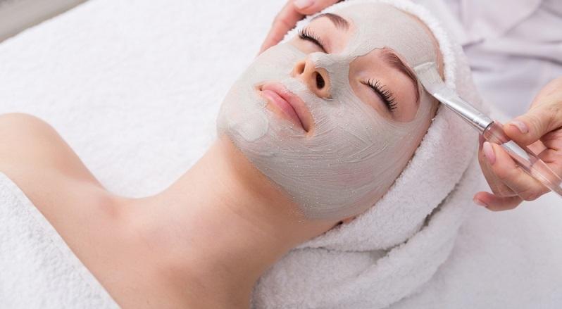 Sind Sie mit Ihrer Haut zufrieden? Oder missfällt Ihnen etwas, wie beispielsweise Pickel oder große Poren? Wenn das so ist, können wir Sie beruhigen: Sie sind damit nicht allein. Eine Forsa-Umfrage ergab, dass 38 Prozent der deutschen Frauen etwas an ihrem Hautbild auszusetzen haben. (#02)
