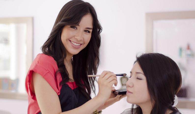 Nach der Behandlung der Haut, die nun frisch und jugendlich strahlt, wird die Kosmetikern ein perfekt auf Sie abgestimmtes Make-up auftragen, natürlich dem jeweiligen Event angemessen. (#03)