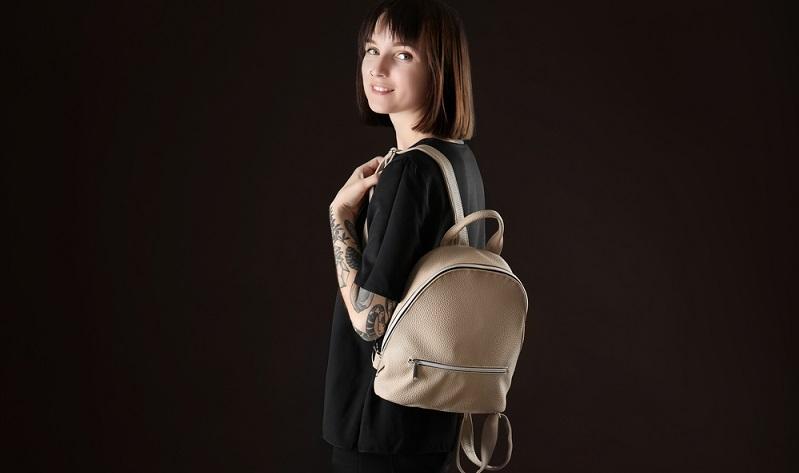 Nicht nur im Bereich der Kleidung gehört Leder klar zu den Trendmaterialien der Saison. Es taucht auch bei verschiedenen Accessoires immer wieder auf. Hier fällt vor allem der Rucksack ins Auge.