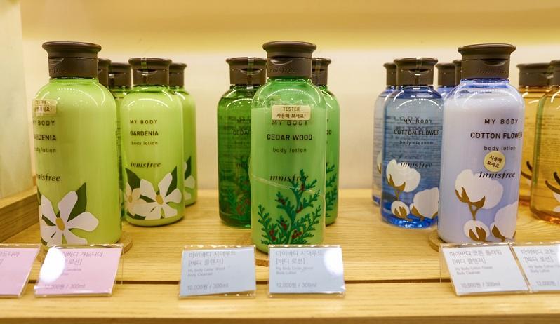 Der Unterschied koreanischer Kosmetik zu amerikanischen oder europäischen Produkten liegt einerseits im Design, das in Korea besonders kreativ und verspielt ist. Andererseits versprechen koreanische Pflegeprodukte gut verträgliche und natürliche Inhaltsstoffe. (#01)