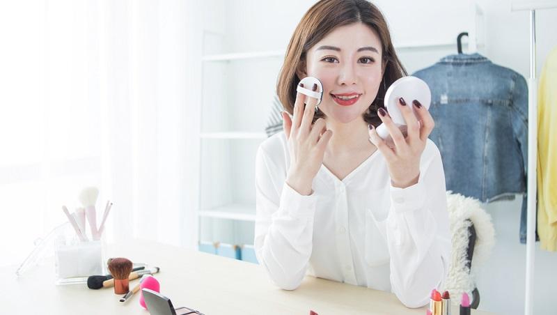 Koreanische Kosmetik wirbt mit natürlichen Zutaten. Und wirklich – betrachtet man die Inhaltsstoffe koreanischer Pflegeprodukte genauer, finden sich zum großen Teil organische Bestandteile wie grüner Tee, Lotus, Hefe, Honig oder Sojabohnen. (#02)