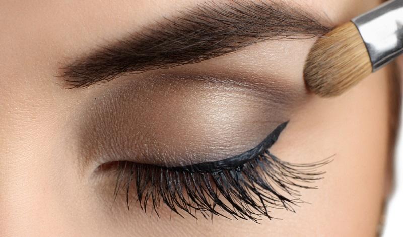 Je dunkler die Haut, desto heller sollte der Lidschatten sein. Zumindest, wenn man einen natürlichen Look zaubern möchte.(#04)